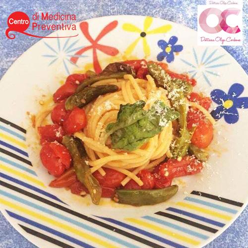 spaghetti-con-pomodorini,-peperoncini-verdi-e-basilico